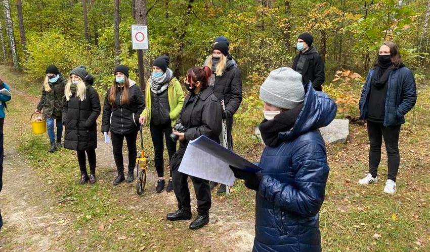Na zdjęciu przedstawiona jest grupa studentów badających obóz Treblinki
